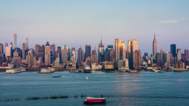 New York City Skyline in Midtown Manhattan auf der anderen Seite des Hudson River.