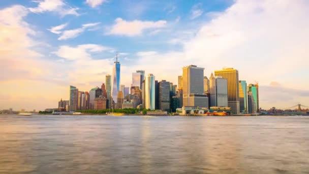 New York, New York, Usa finanční čtvrť Panorama z přes přístav v New Yorku za soumraku.