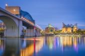 Chattanooga, Tennessee, Usa belvárosi skyline a Tennessee folyón alkonyatkor