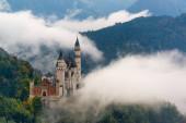 Schloss Neuschwanstein bei Nebel in den bayerischen Alpen