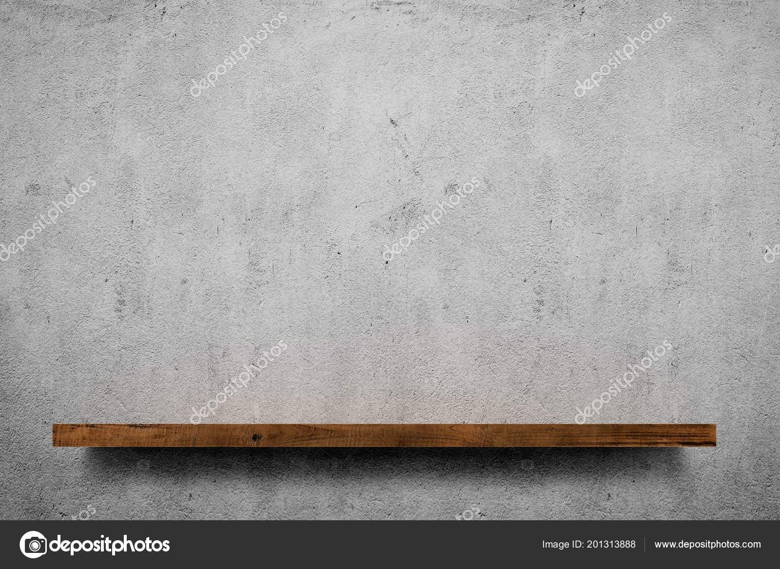 Mensola legno sopra priorità bassa grigio muro cemento u foto