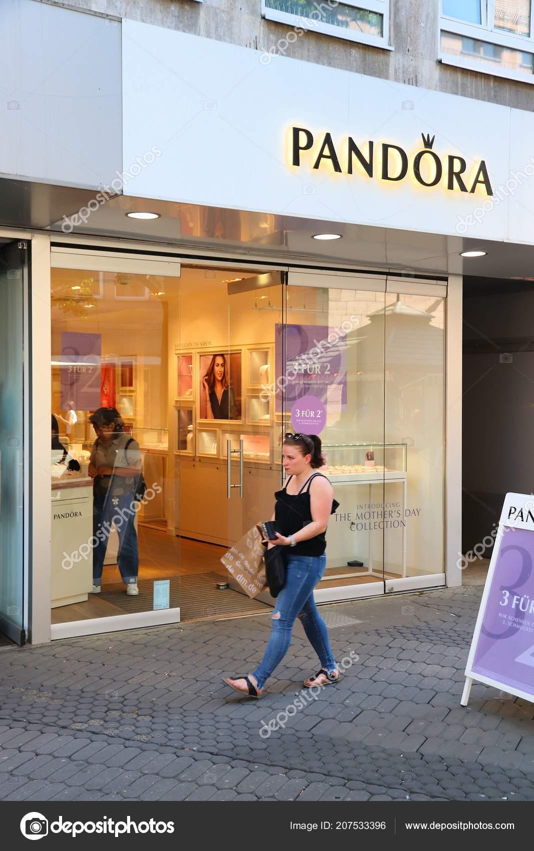 e1e326b96 Nuremberg Germany May 2018 Person Walks Pandora Jewelry Store  Karolinenstrasse — Stock Photo