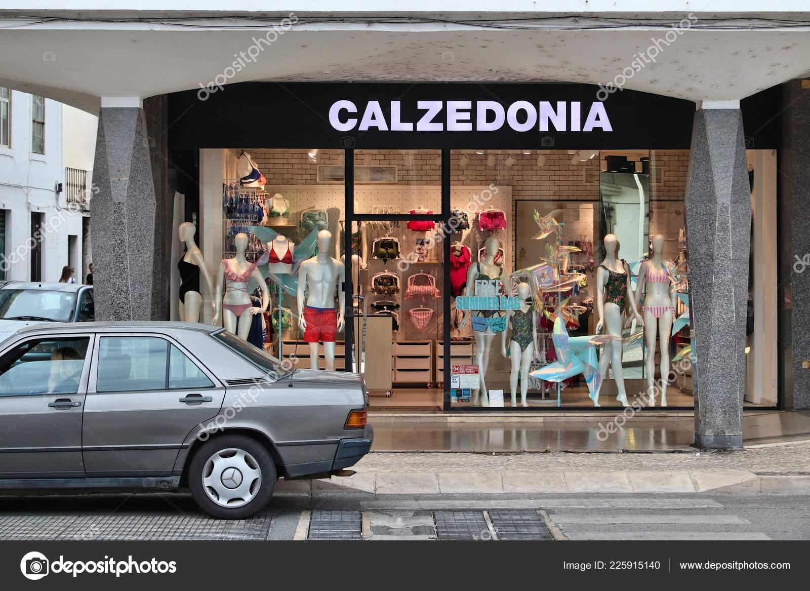 6b120ec09 Faro, Portugal - 30 de maio de 2018: Calzedonia lingerie e roupa interior  loja em Faro, Portugal. Calzedonia é uma marca de moda italiana com 1.750  lojas ...