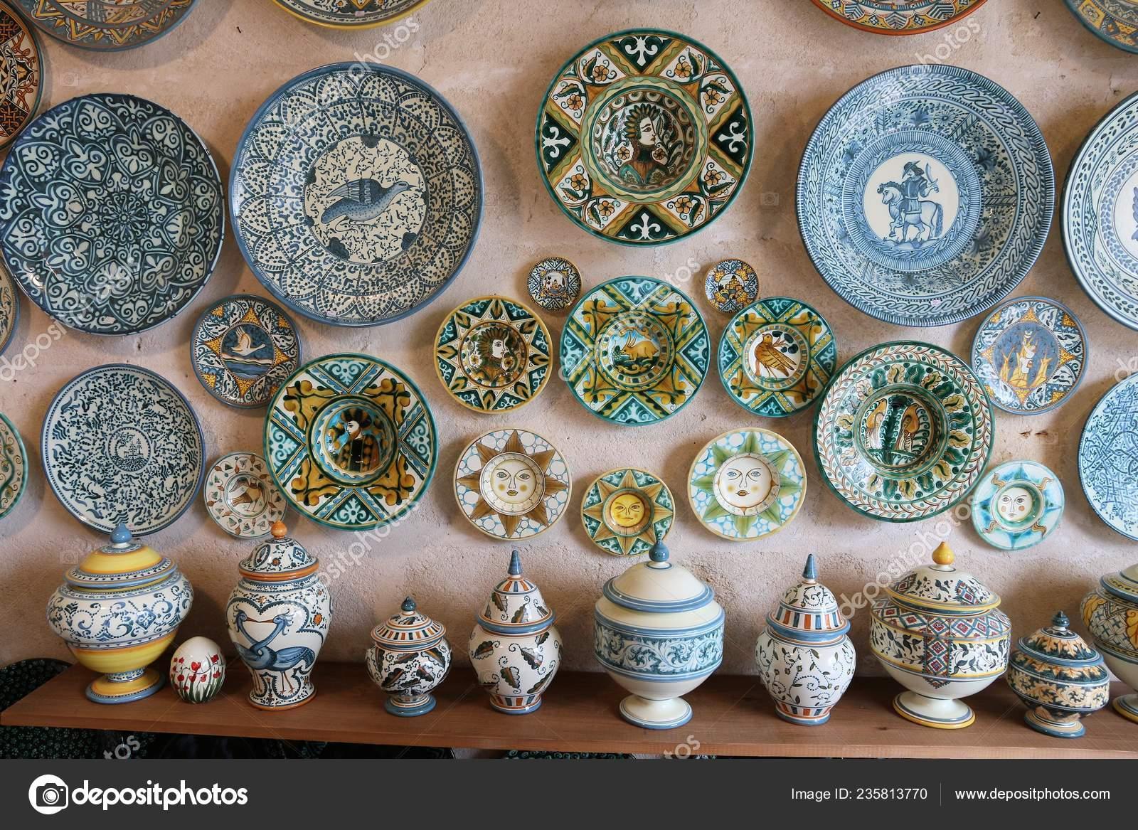 Produzione Ceramica In Italia.Grottaglie Italia Giugno 2017 Piatti Dipinti Una Ceramica