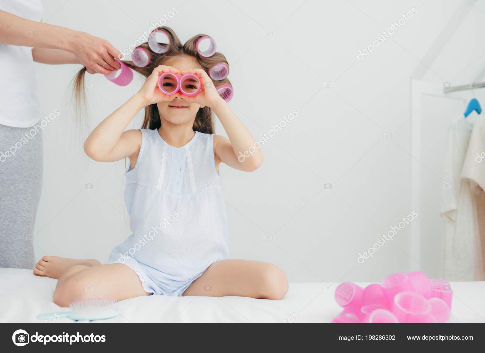 Ujęcie Piękne Małe Dziecko Wałki Głowicy Gra Nimi Będzie