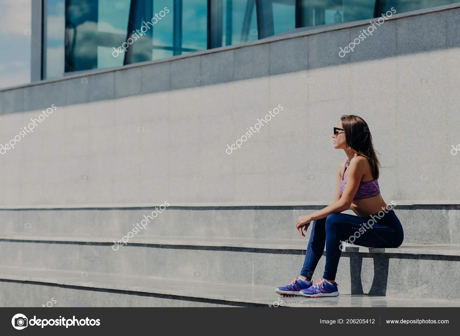 56f68b195f0 Οριζόντια Βολή Του Όμορφη Γυναίκα Σπορ Casual Ρούχα Κάθεται Σκαλοπάτια —  Φωτογραφία Αρχείου