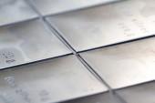 Fotografia Chiuda in su di un raffinato bar argento timbrato in sezioni e misura din grammi