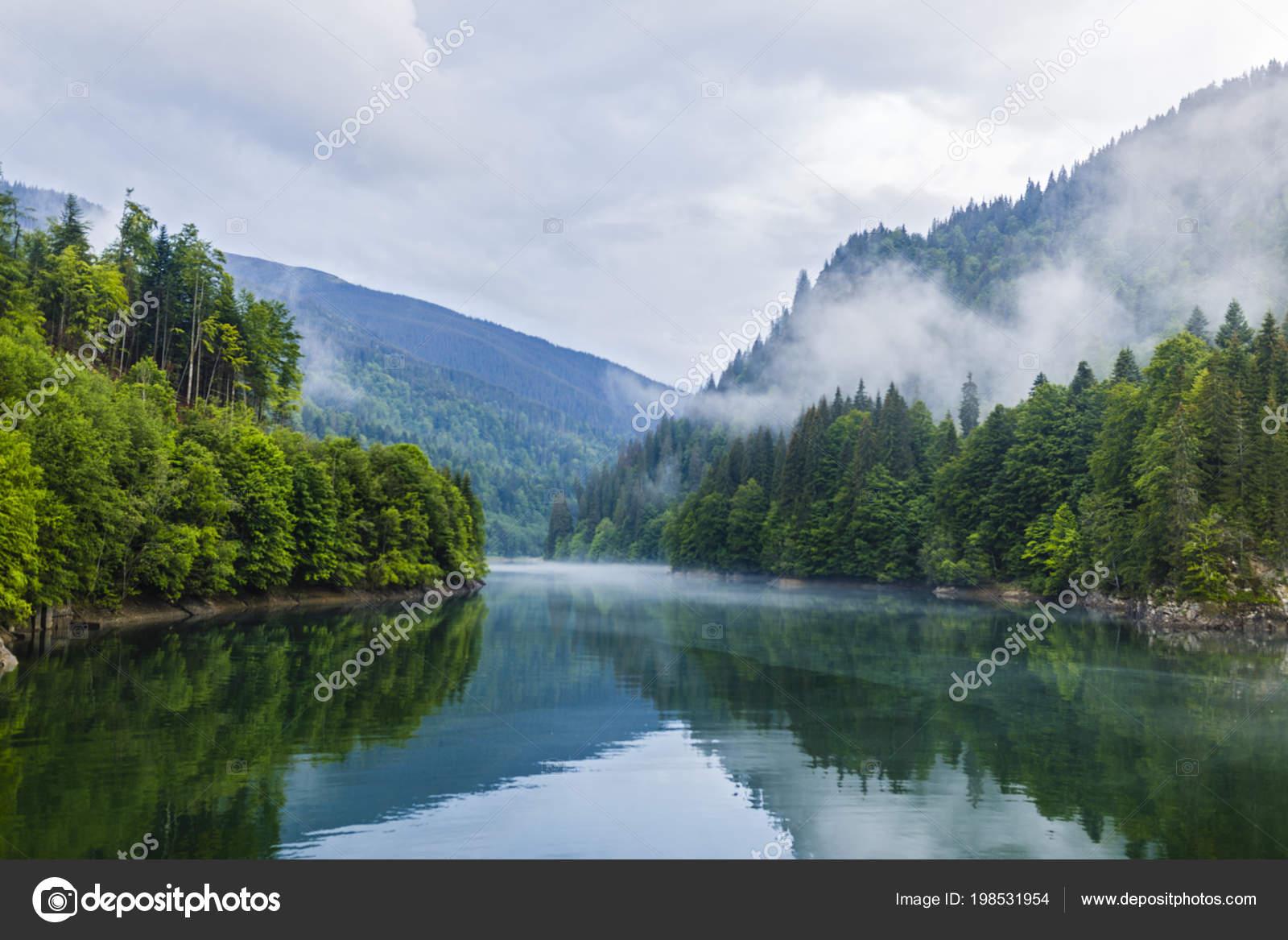 Paisaje Con Lago Bosque Niebla Las Montañas Día Lluvioso