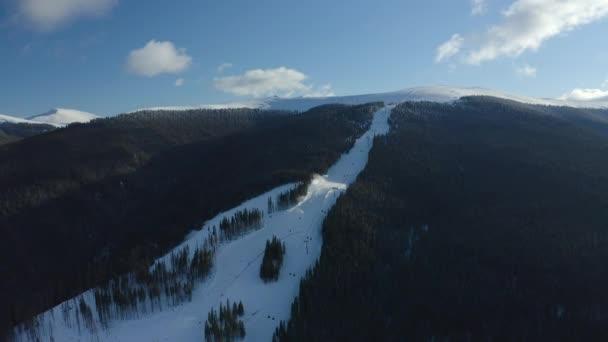 Svah pro snížení lyžařů a snowboardistů ve skiareálu, pohled shora