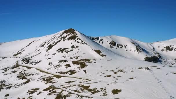 Winterlandschaft. Schneebedeckte Berge. Luftbild