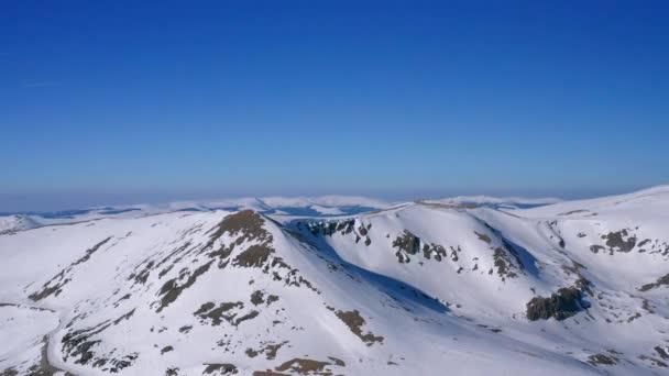 Zimní krajina. Zasněžené hory. Letecký pohled