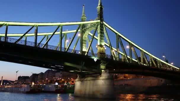 Kilátás a budapesti Liberty hídra és sétahajóról