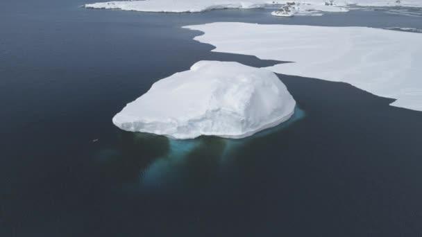 Antarktis-Rundflug über Gletscher im polaren Ozean