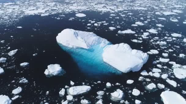 Aerial Flug über Eisberg unter Antarktis Ozean