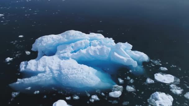 Luftflug über Eisberg im antarktischen Ozean.