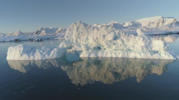 Eisberg-Schmelze im glasklaren Meer Wasser Drohne über Ansicht