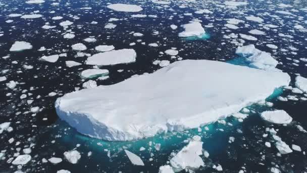 riesiger schwimmender Eisberg Luftaufnahme