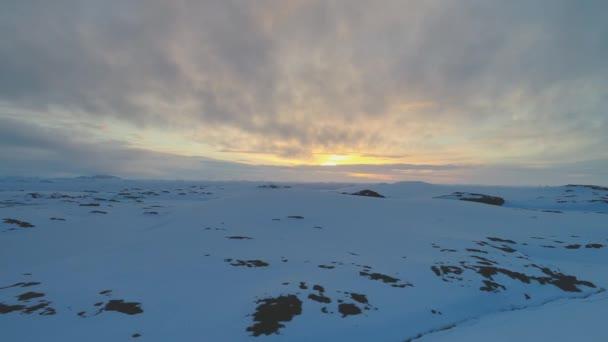 Arktické slunce nebe nad zmrazený hill letecký pohled