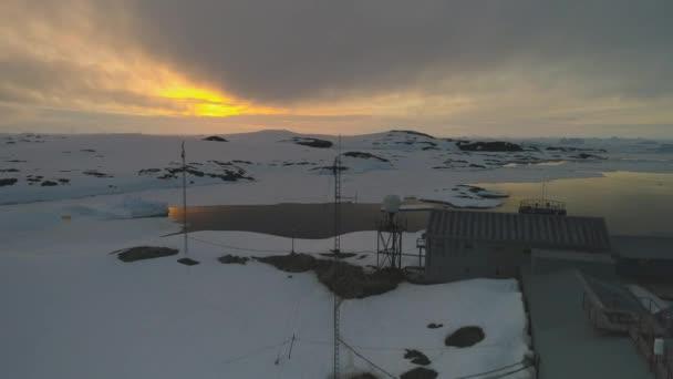 Sonnenaufgang über der Vernadsky Arktisstation Luftaufnahme