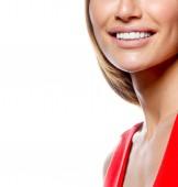Fotografie portrét atraktivní kavkazských usmívající se žena blond izolované na bílém studio zastřelil červené šaty zubatými úsměv tvář dlouhé vlasy hlavy a ramen při pohledu na fotoaparát