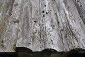 Fotografia Immagine esterna del vecchio tetto in legno. Messa a fuoco selezionata.