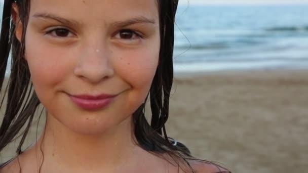 Kislány van állva a tenger felett