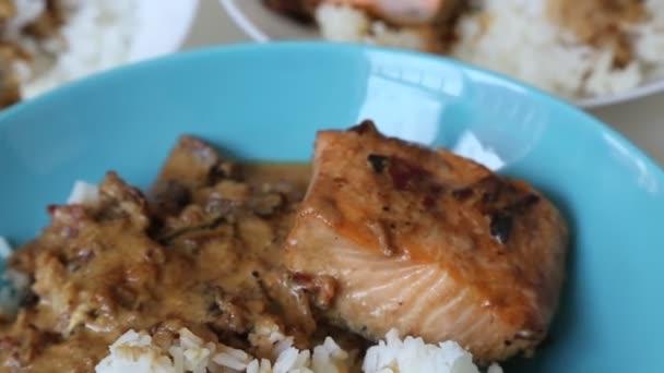 Bílá rýže a losos s houbami