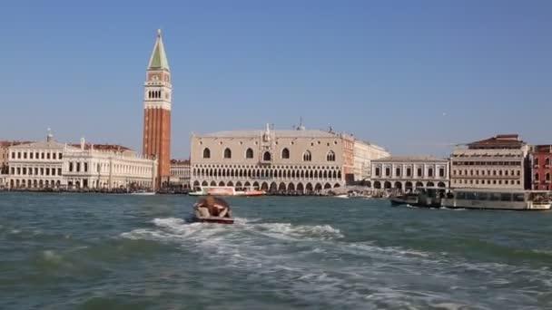 Venice, Olaszország-április 19, 2019: kilátás a vízibusz (vaporetto, csatorna csónak, gőzhajó, motorcsónak használt tömegközlekedési) a város nevezetességeitől Velence, természet, polgárok és turisták.