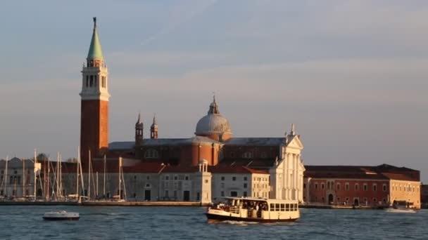 Benátky, Itálie-19. dubna 2019: výhled z vodního autobusu (odpařovače, průplavový člun, parník, motorový člun používaný pro veřejnou dopravu) na zajímavosti města Benátky, příroda, občané a turisté.