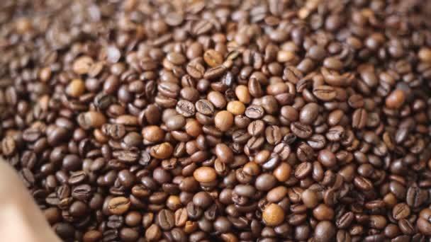 Braun geröstete Kaffeebohnen ist eine Mischung aus Arabica und Robusta