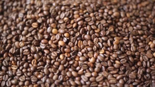 Hnědopečené kávové boby tvoří směs Arabica a robuststa