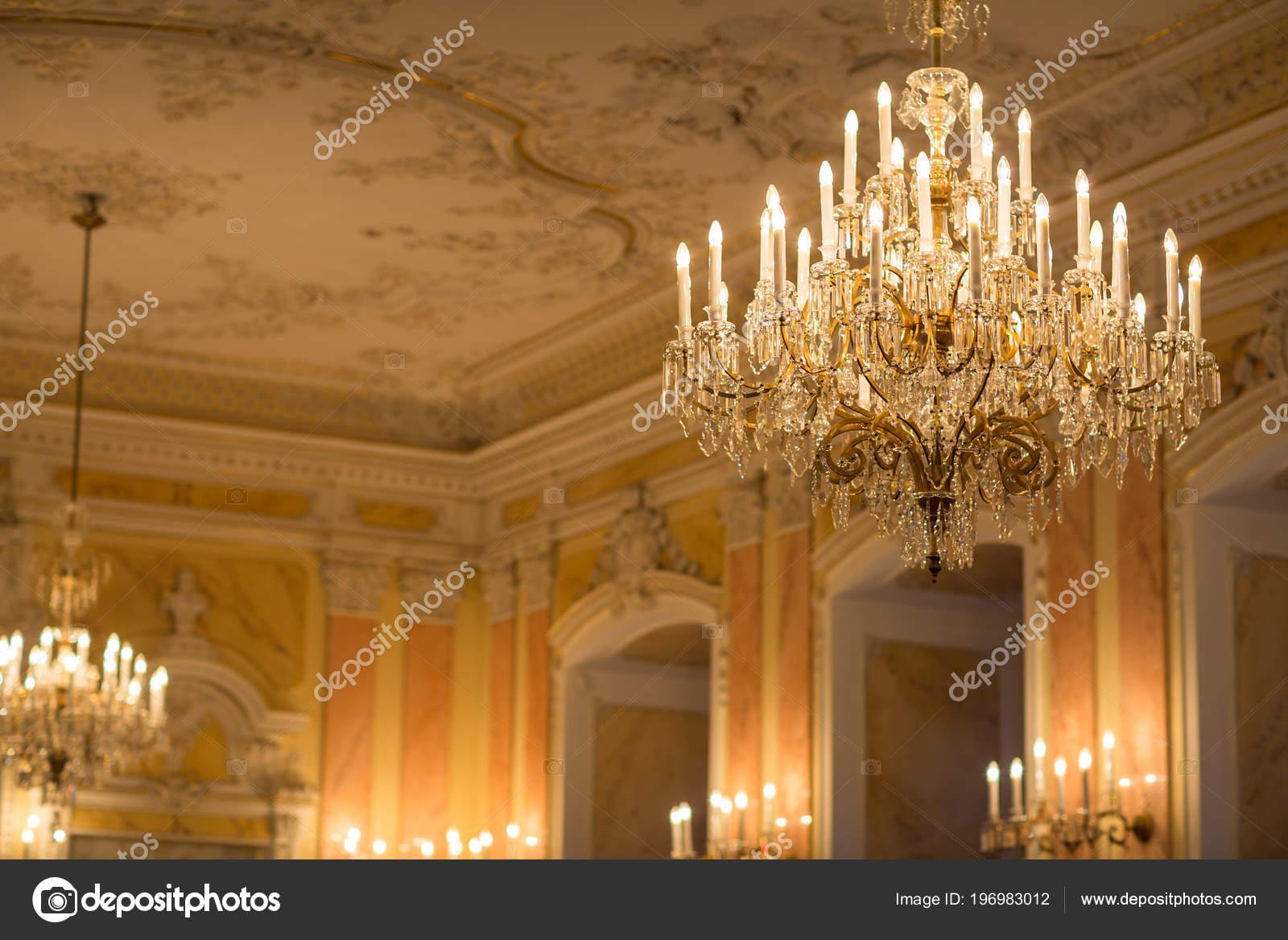 Kronleuchter Indien ~ Kristall kronleuchter einem prächtigen barocken raum u stockfoto