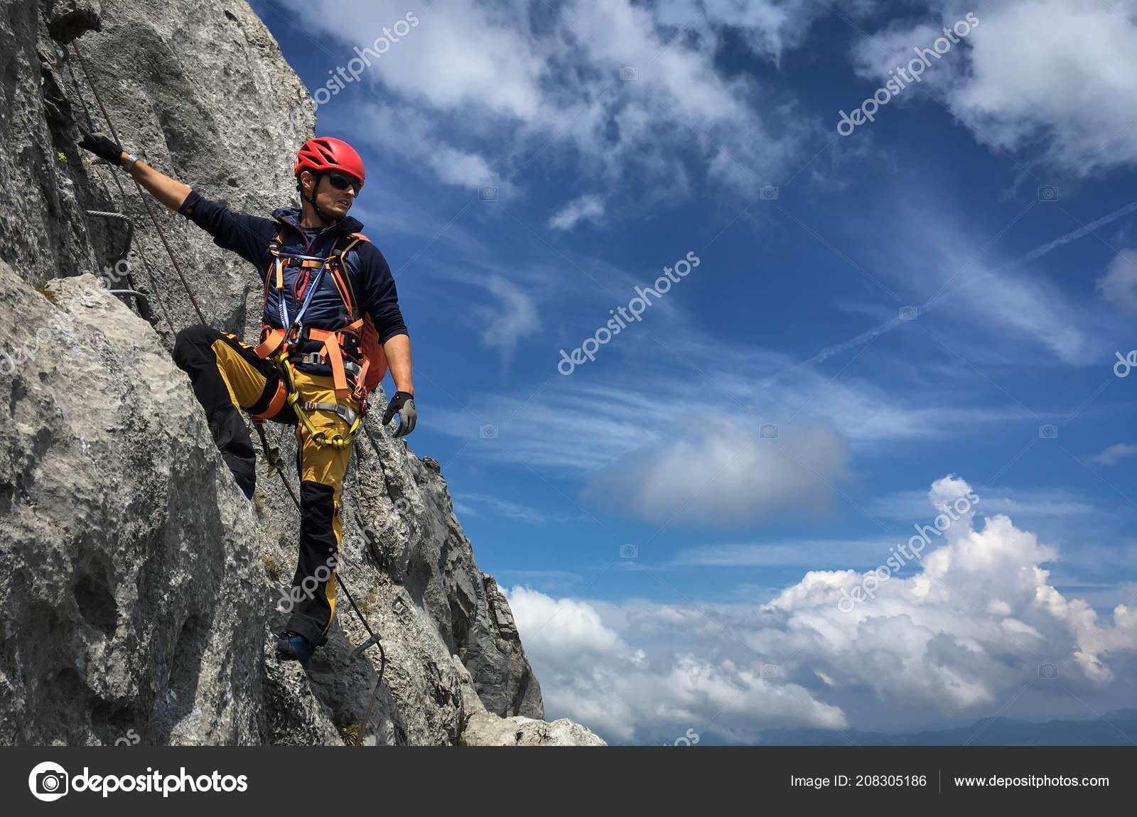 Klettersteig Ferrata : Junger mann auf einem felsen schweizer alpen klettern ferrata