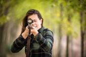 Őszi vadászidény. Vadászni. Szabadtéri sportok. Női vadász az erdőben