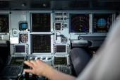 Pilotenhand beim Gasgeben im Cockpit eines Verkehrsflugzeugs während des Starts