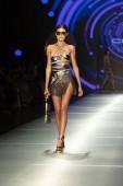A modell sétál a kifutópálya alatt az ügyfe Barcelona divat Show Resort 2018 gyűjtemény Miami Fashion Week 2017 az Ice Palace-ban Miami-ban 2018 június 2.