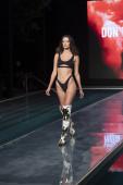 A modell sétál a kifutón a Luli Fama Fürdőruha Nyári kollekció 2021 divatbemutató alatt Paraiso Úszás Hét 2020 Miami Beach, FL a SLS Hotel South Beach augusztus 22, 2020