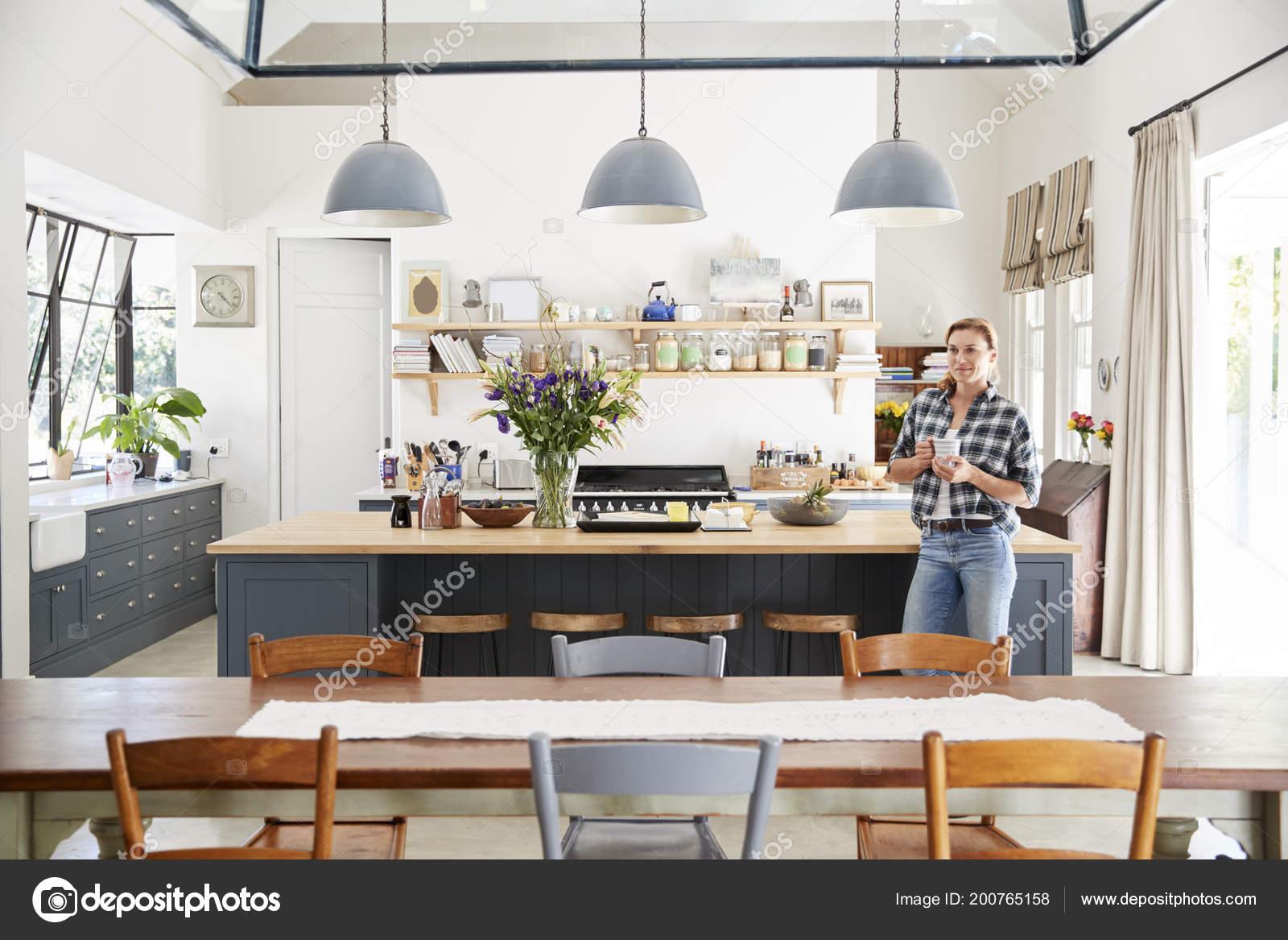Giovane Donna Piedi Open Space Cucina Sala Pranzo — Foto Stock ...