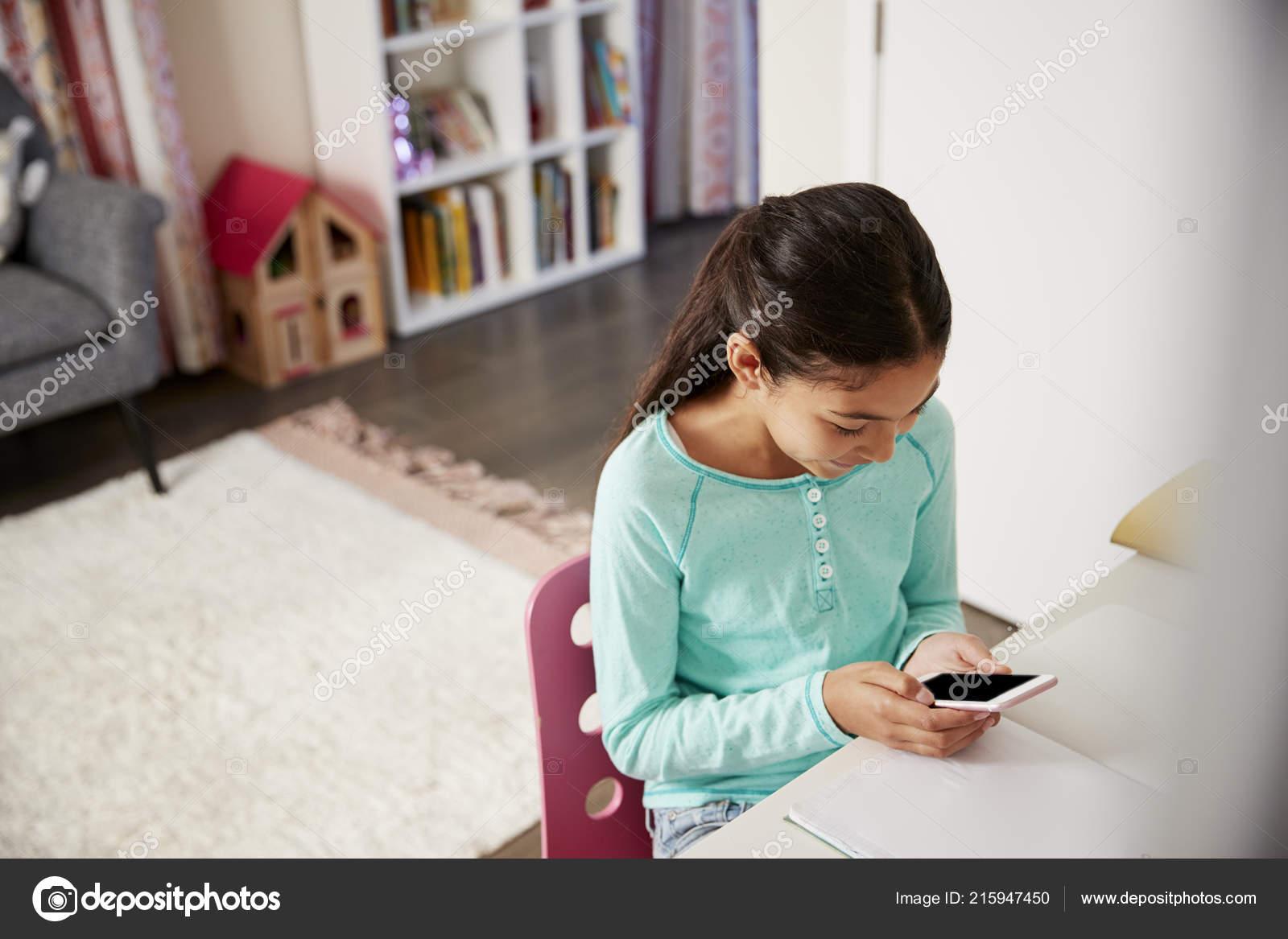 Junges Mädchen Sitzen Schreibtisch Schlafzimmer Mit Handy ...