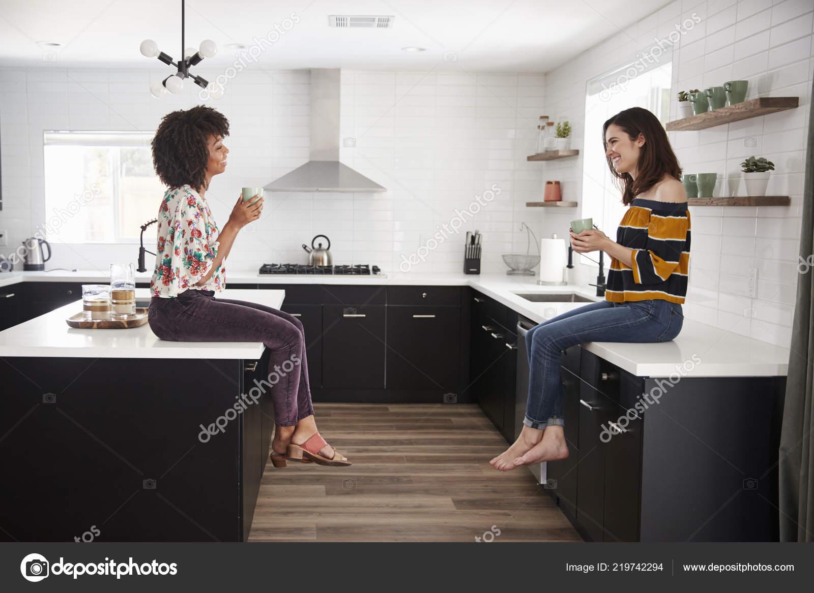 Zwei Freundinnen Treffen Zum Kaffee Sitzen Hause Auf Kücheninsel