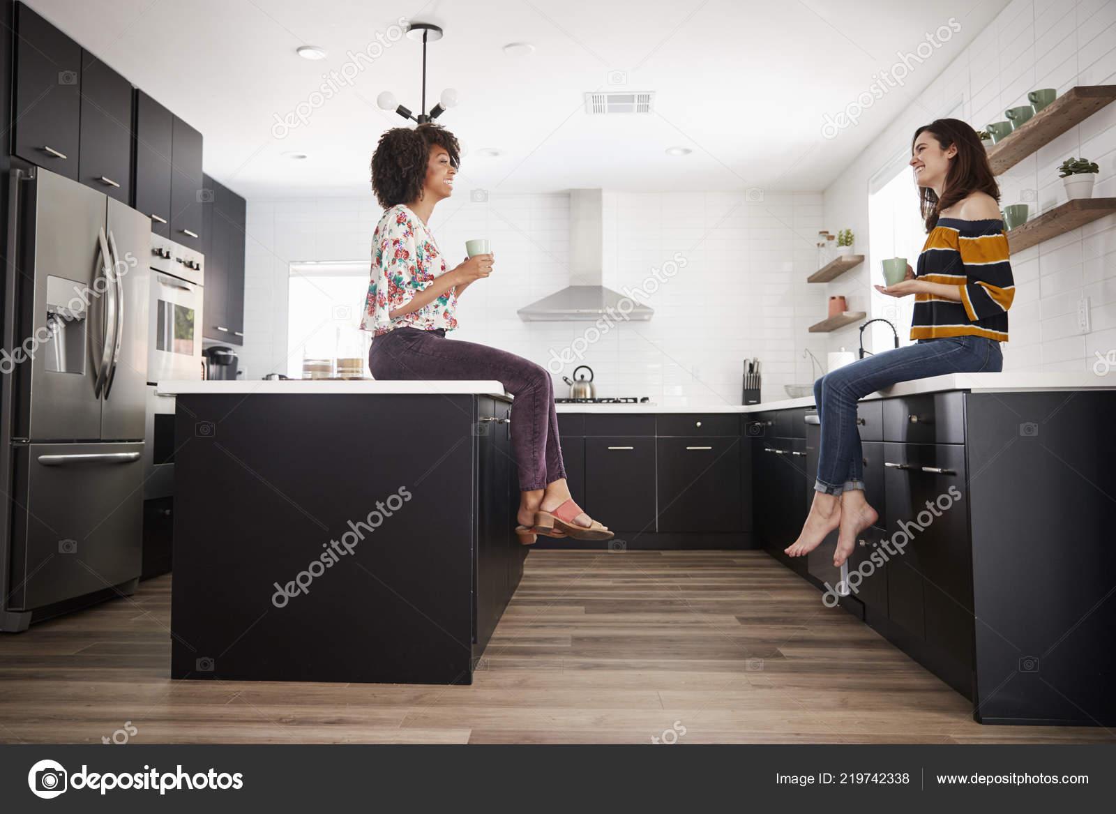 Zwei Freundinnen Treffen Zum Kaffee Sitzen Hause Auf Kucheninsel