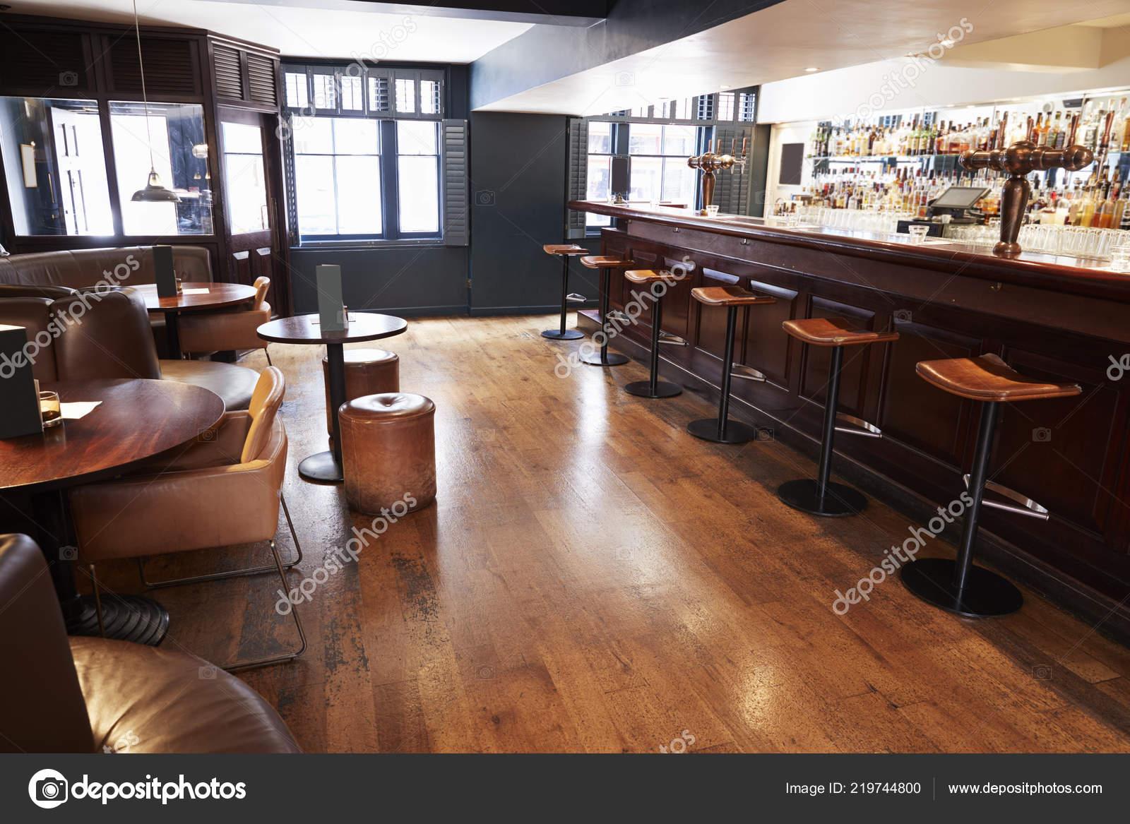 Interno del vuoto bar con bancone sgabelli u foto stock