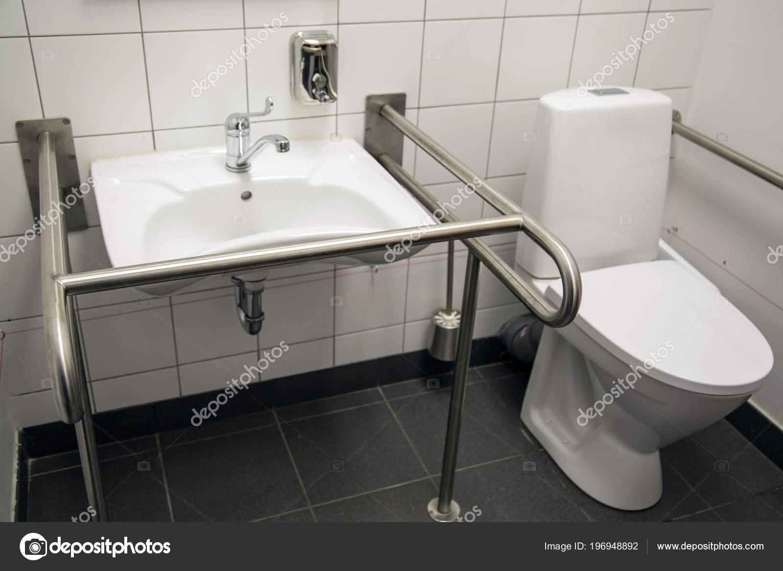 Bagno per portatori di handicap con duravit starck vaso sospeso