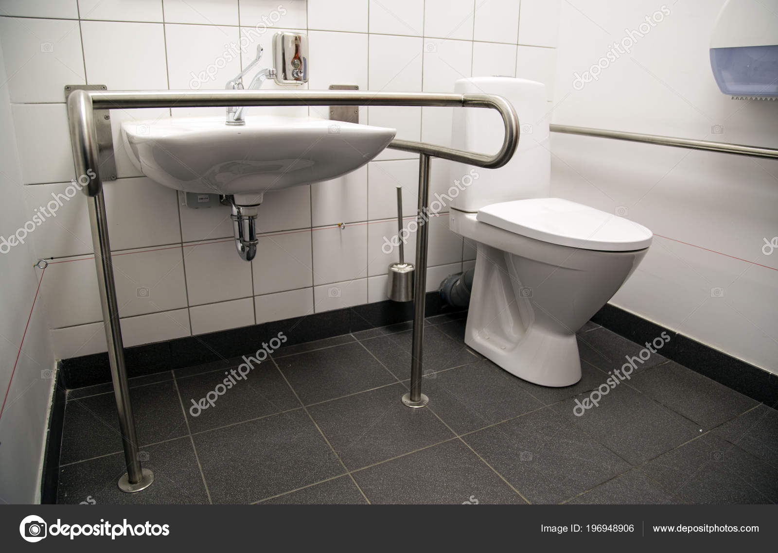 Behindertengerechter Zugang Badezimmer Mit Haltegriffe Und Eine ...