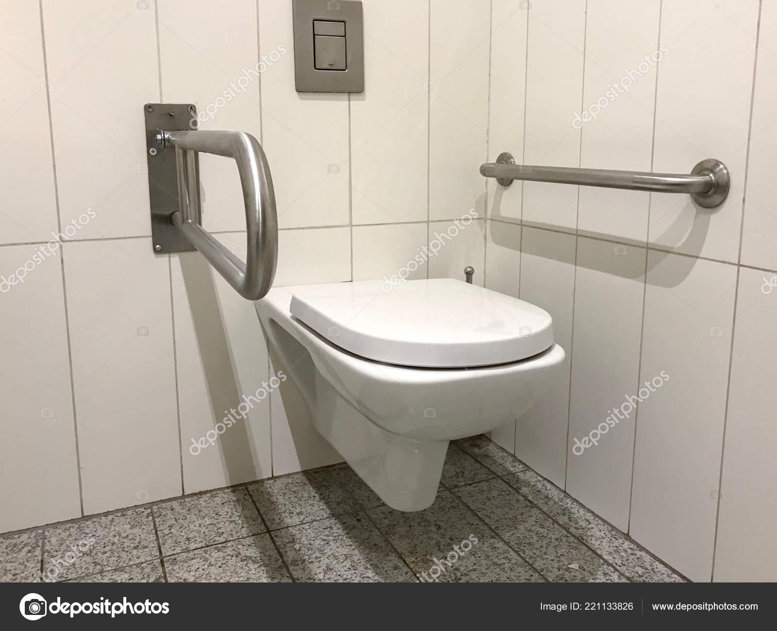 Behindertengerechter Zugang Badezimmer Mit Haltegriffe Und ...