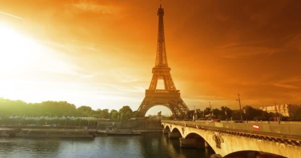 Eiffelova věž, čas západu slunce, Paříž. Francie