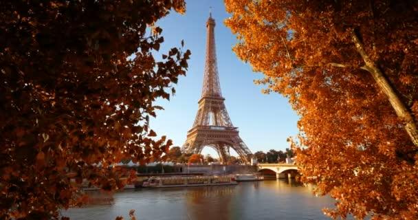 Seina v Paříži s Eiffelovou věží na podzim