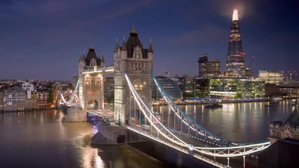 čas zanikla London Panorama s osvětleným Tower bridge v čas východu, Velká Británie
