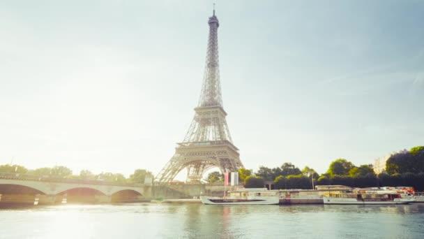 Eiffelova věž a slunné ráno, Paříž, Francie