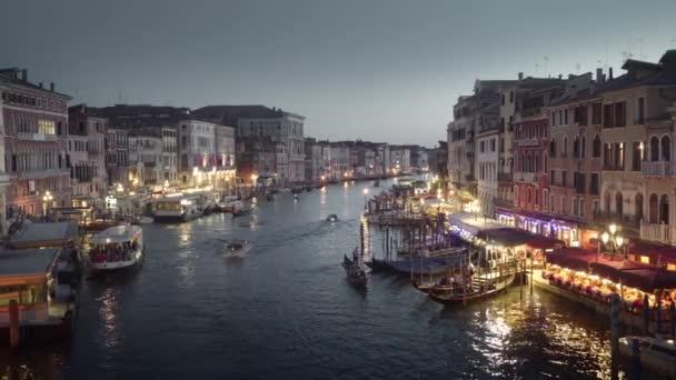 Grand Canal naplementekor a Rialto hídról, Velence, Olaszország